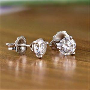 Продать серьги с бриллиантами в Москве без посторонней помощи