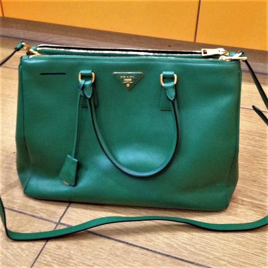 Продать сумку Prada выгодно – желание, которое осуществимо